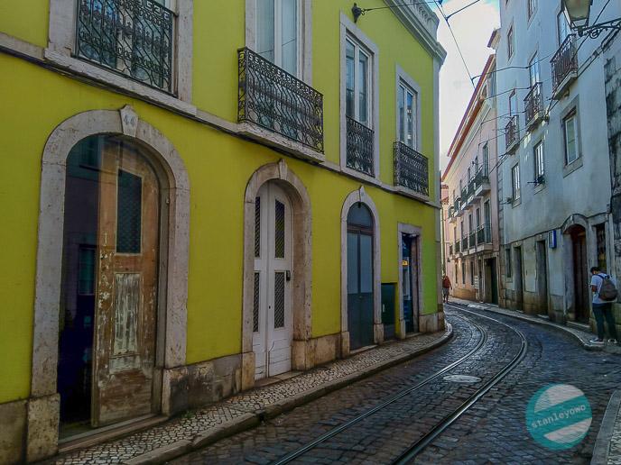 Klimatyczna Lizbona - ulica Alfamy